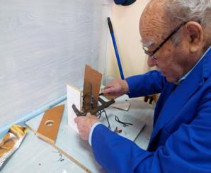 Fernando empezó en el mes de marzo a elaborar las sillas de ruedas y los andadores.