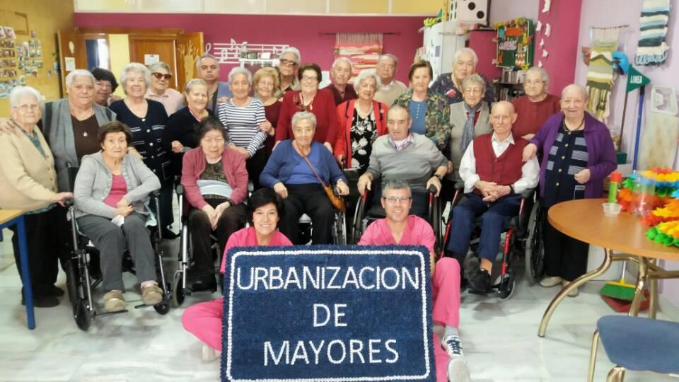 Los residentes de Urbanización de Mayores elaboran con cartulina un original logotipo con el Departamento de Animación