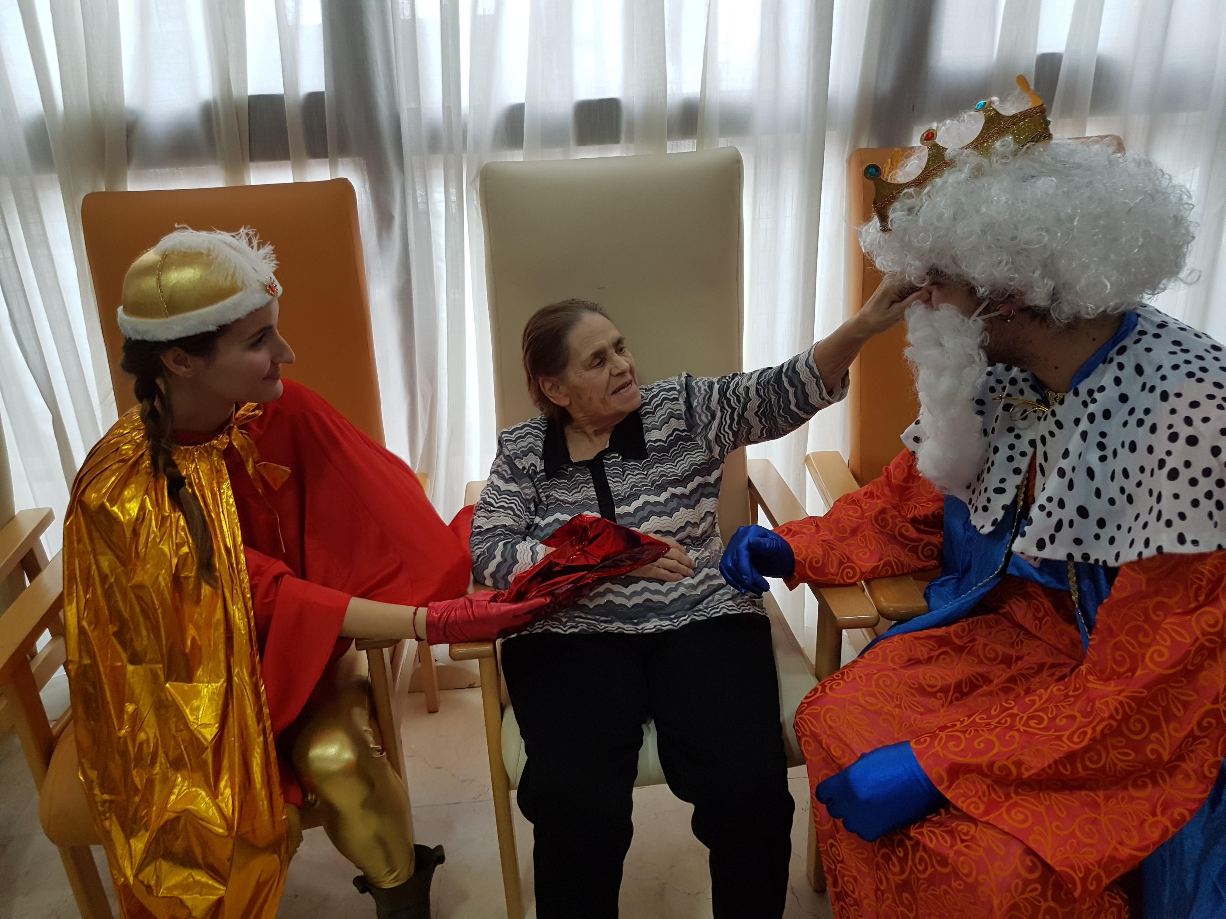 Entrega de regalos de Reyes en Rosalba Sevilla La Nueva