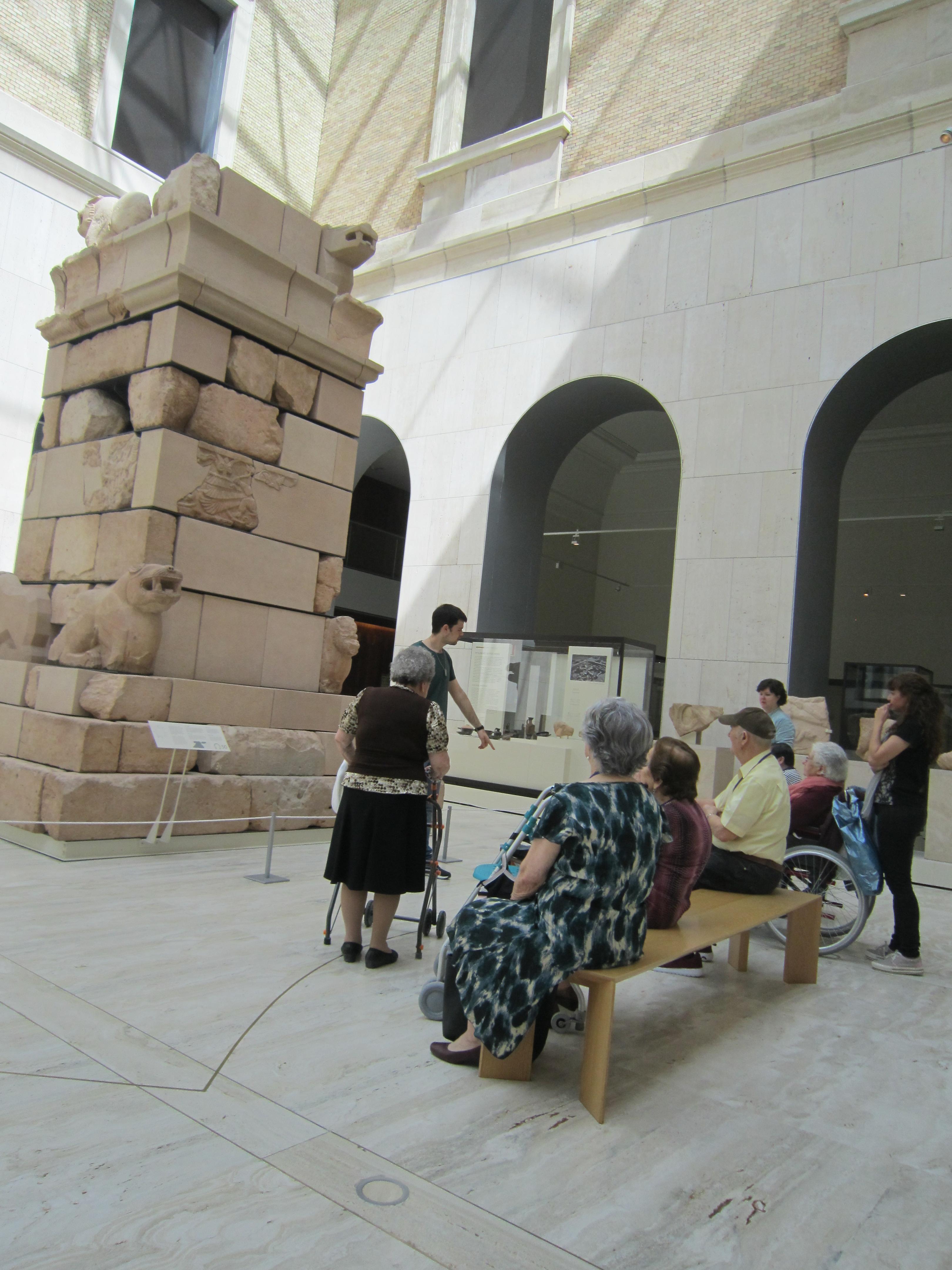 Los residentes de Rosalba Sevilla la Nueva visitan el Museo Arqueológico Nacional