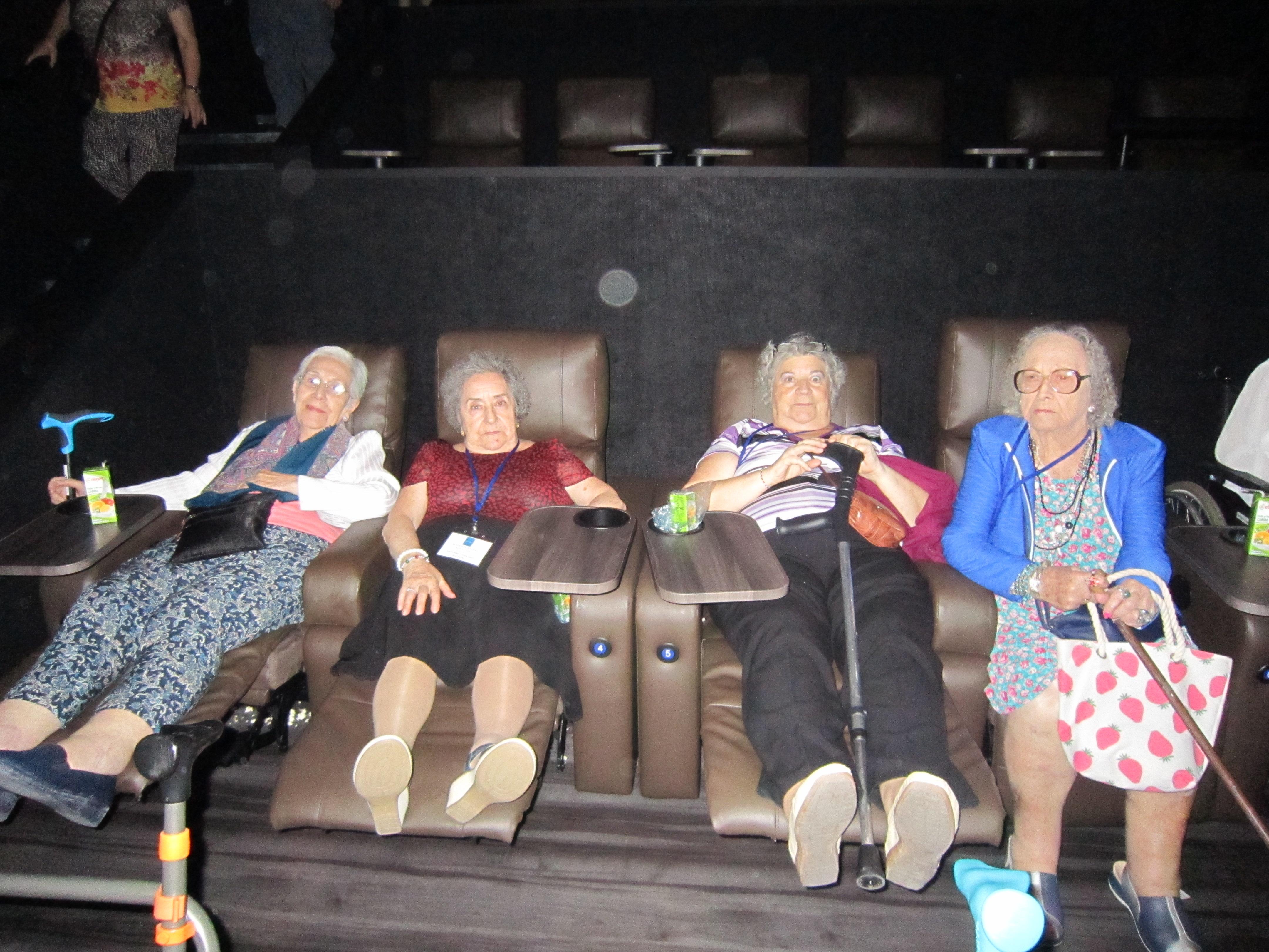 """Divertida excursión al cine """"Xanadú"""" de los residentes de Rosalba de Sevilla la Nueva"""