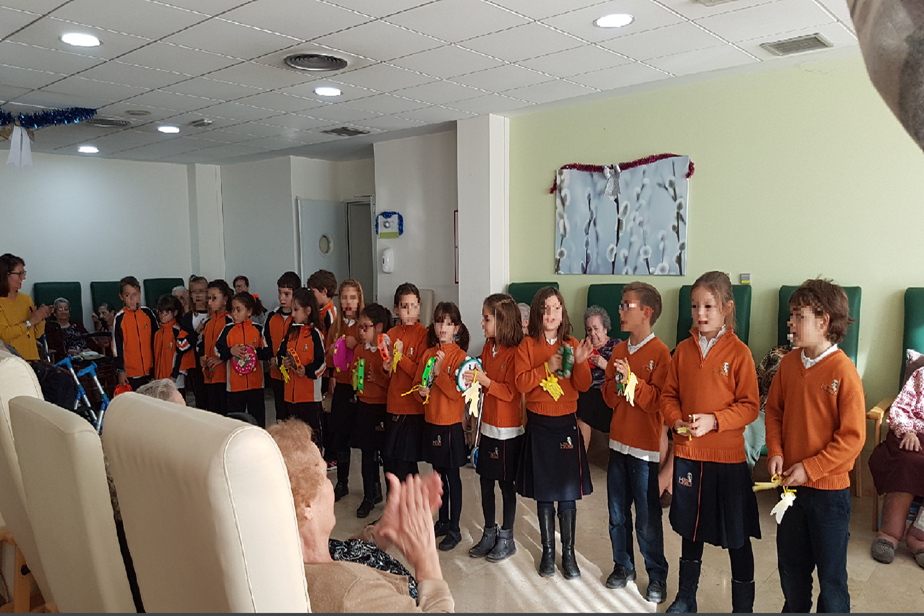 Actuación del Coro del Colegio Nova Híspalis en la Residencia Rosalba de Sevilla la Nueva