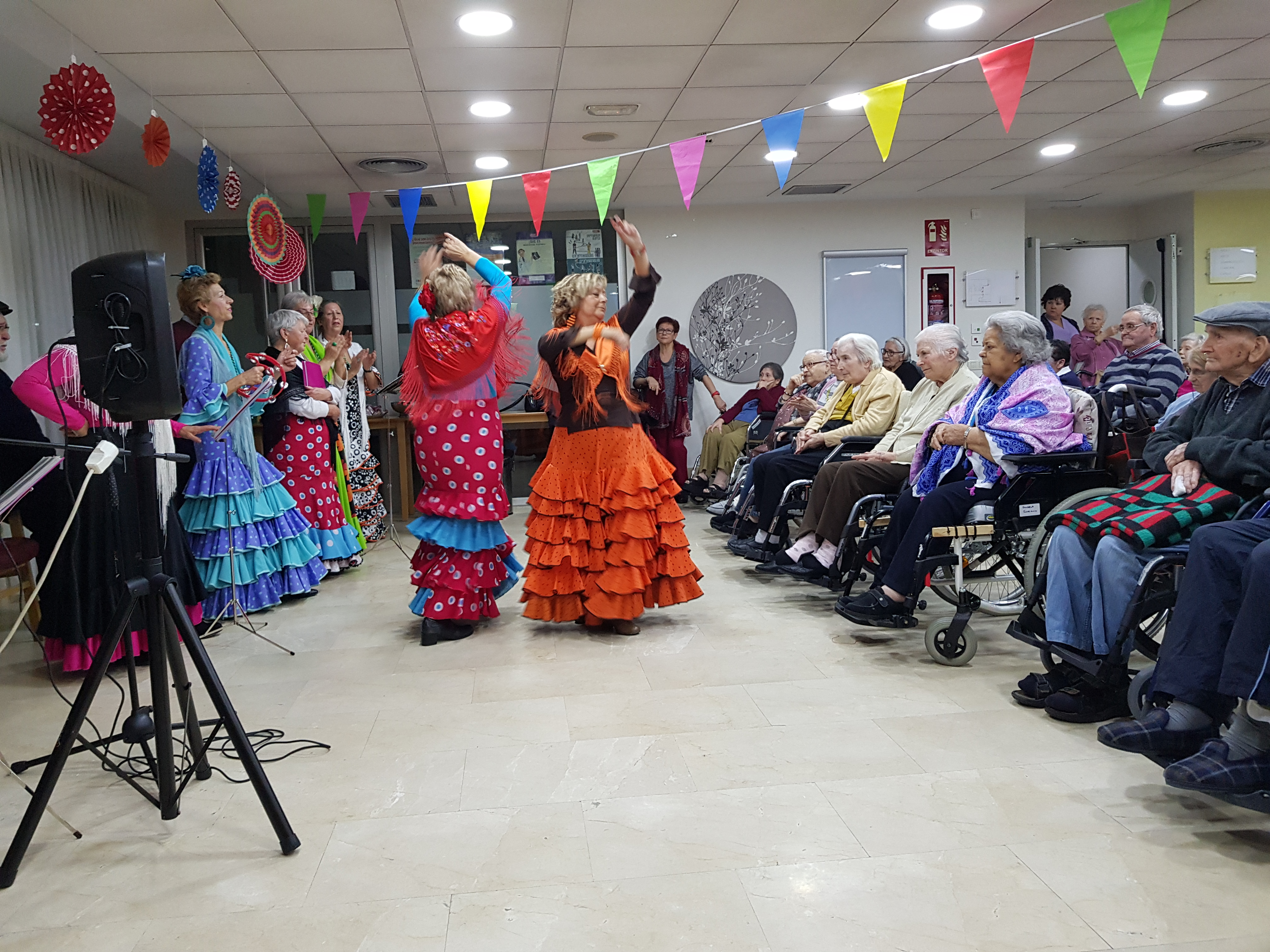 El coro Virgen Blanca actúa en la residencia Rosalba de Sevilla la Nueva