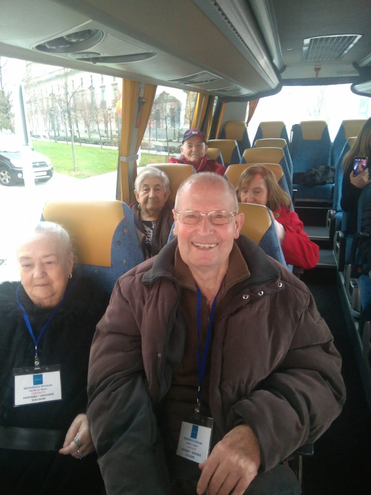 Los residentes de Rosalba Sevilla la Nueva visitan el Centro Comercial Tres Aguas