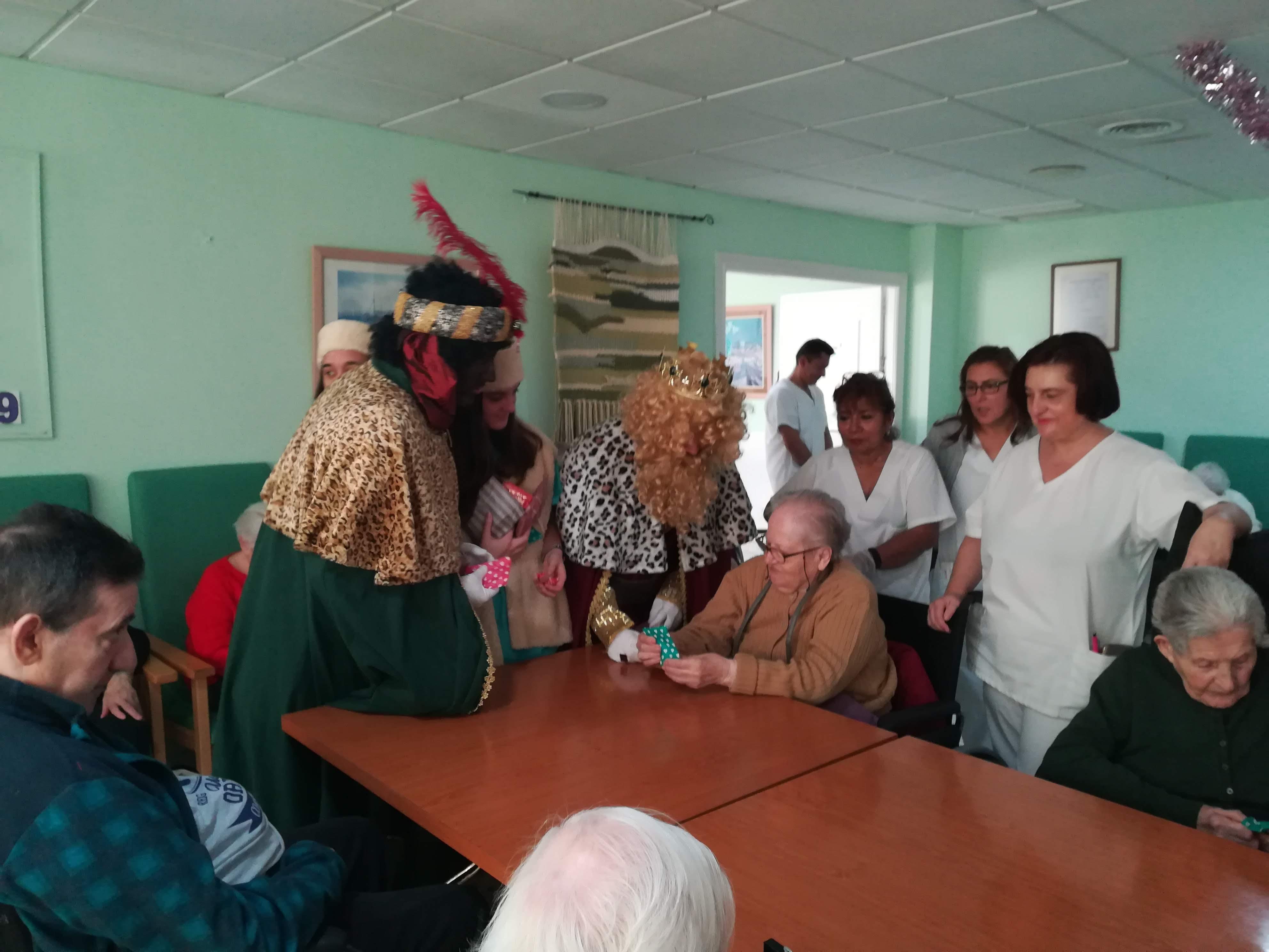 Los residentes de Urbanización de Mayores reciben regalos de los Reyes Magos de Oriente