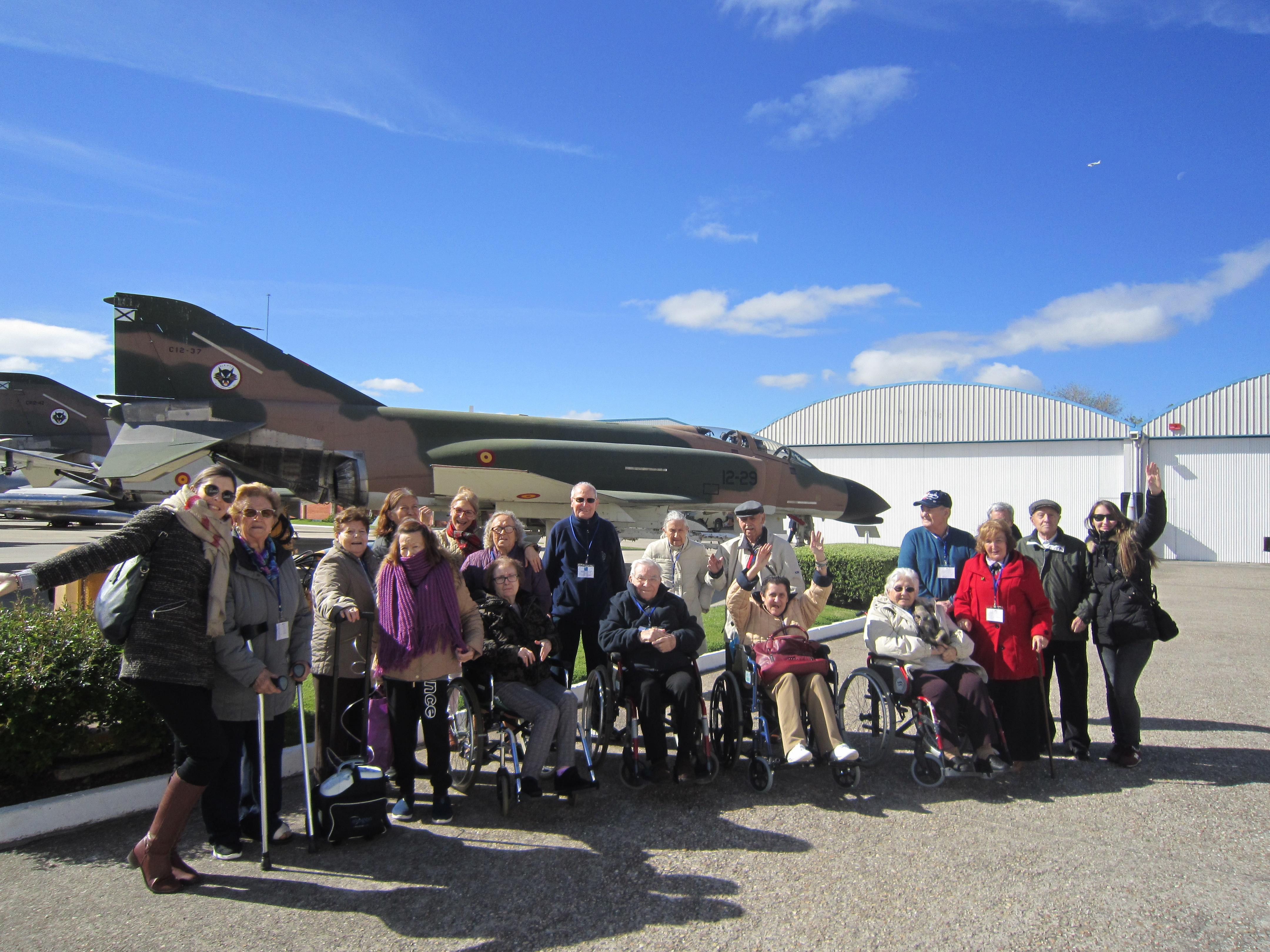Los residentes de Rosalba Sevilla la Nueva visitan el Museo del Aire