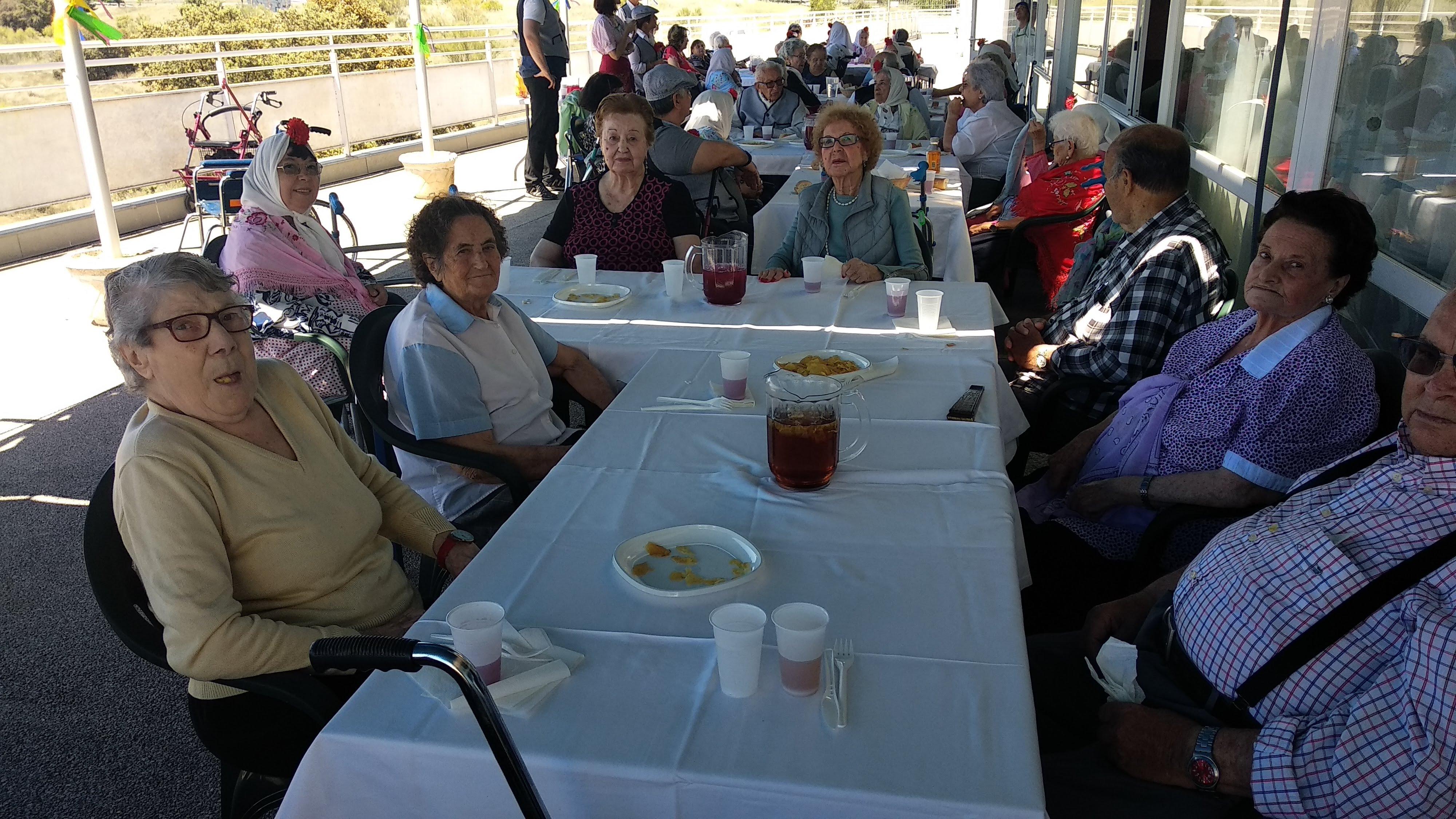 Los residentes de Urbanización de Mayores disfrutan de un espléndido día de San Isidro