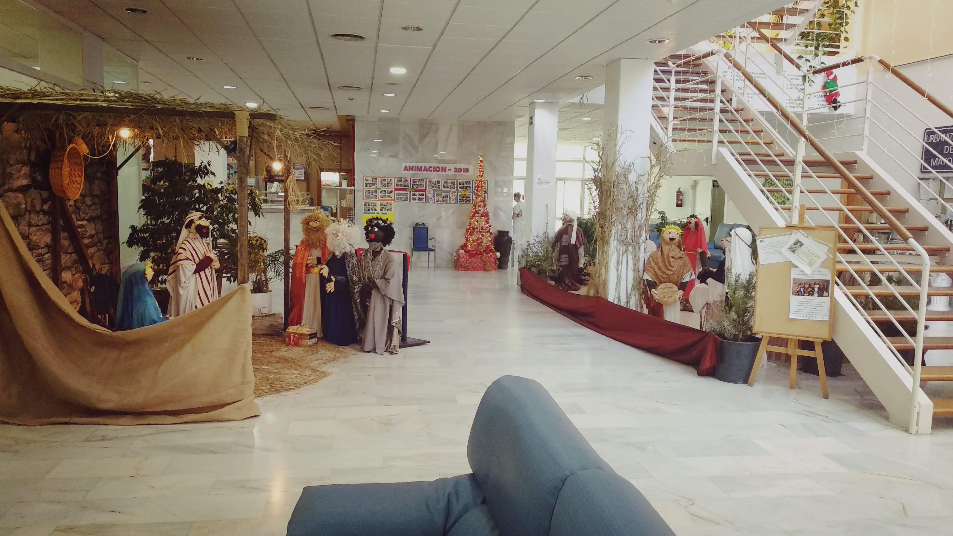 Un Belén con figuras de tamaño real decora el hall de la Residencia Urbanización de Mayores