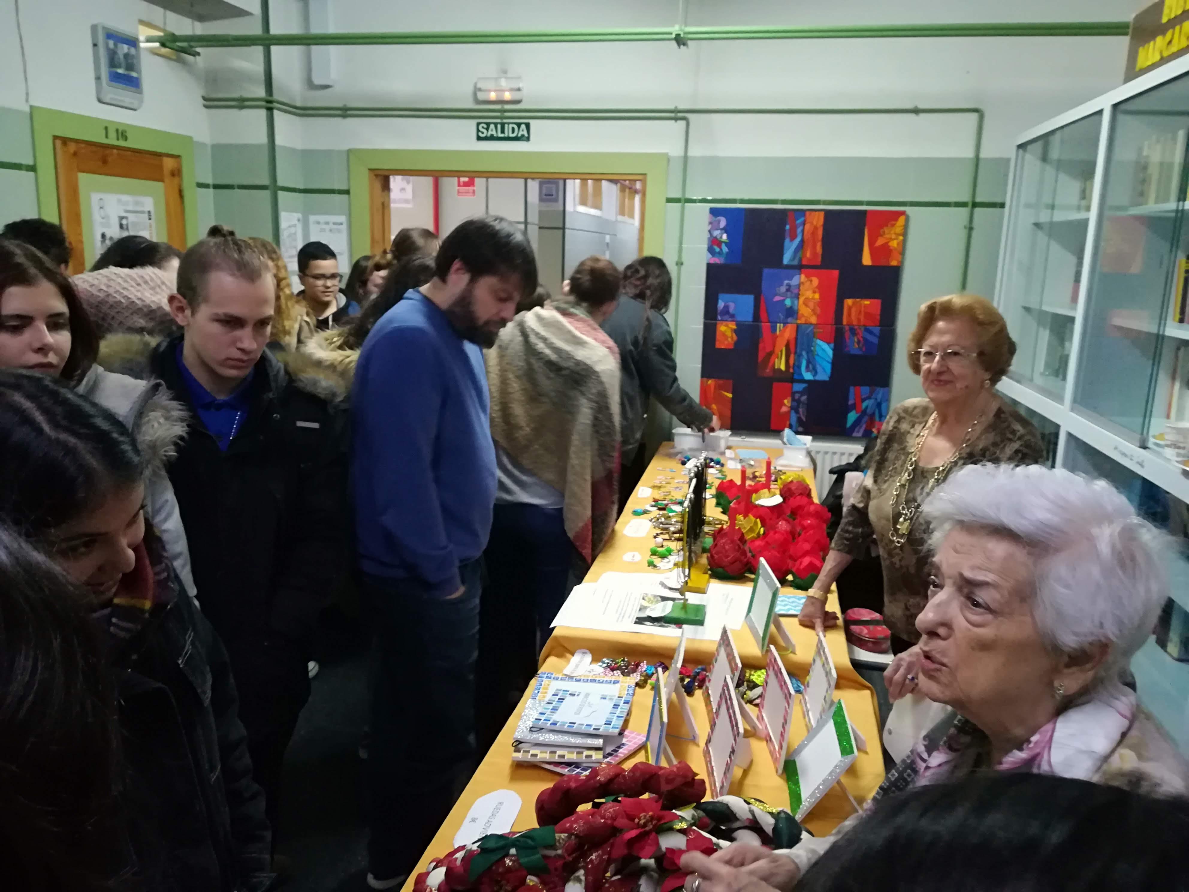 """Los residentes de Urbanización de Mayores participan en un Rastrillo Navideño en el IES """"Margarita Salas"""" de Majadahonda"""