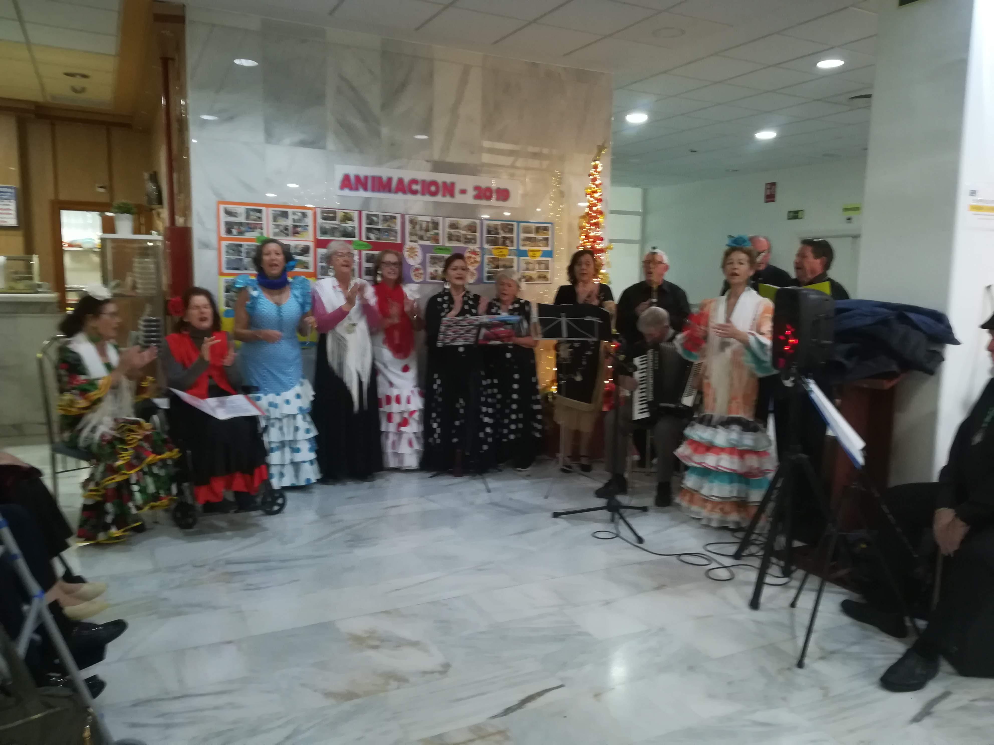 Los residentes de Urbanización de Mayores disfrutan de los Villancicos interpretados por un espectacular Coro Rociero