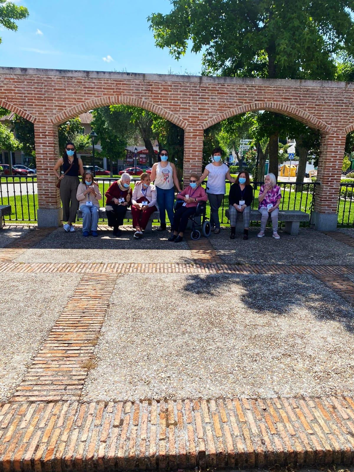 Paseos por Sevilla la Nueva con los residentes de Rosalba